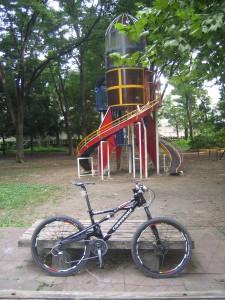 公園の遊具の前のProphet号