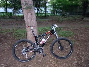 奥が舗装された旧サイクリングコース