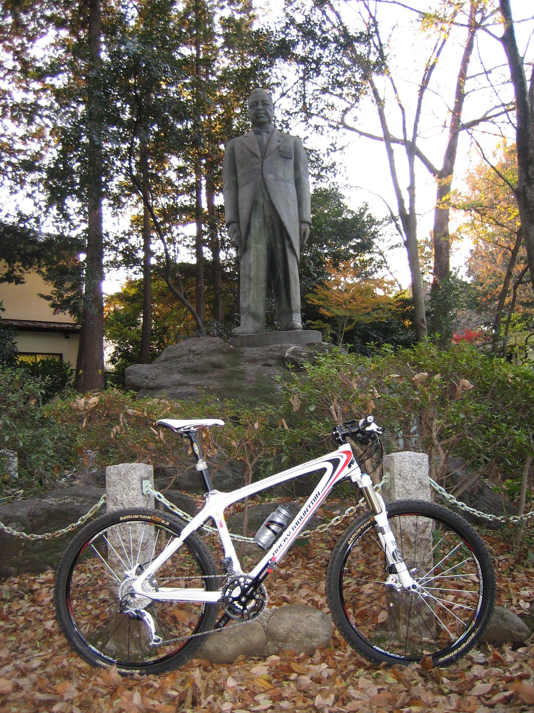 内田秀五郎先生銅像の前で