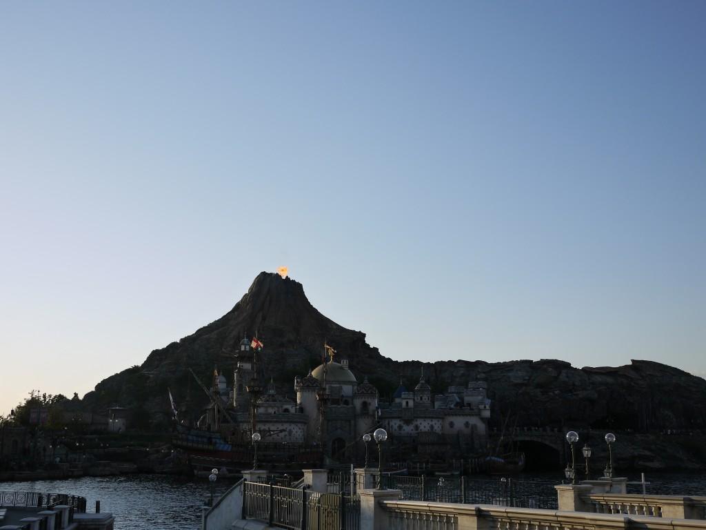 午後には火山が噴火! すごい音でした。