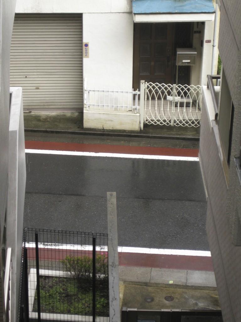 路面は鏡のような状態まで濡れています