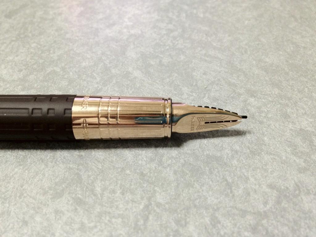 ペン先は一見万年筆っぽい