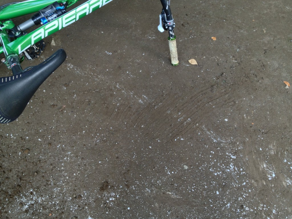 前輪のノブが滑った跡が…