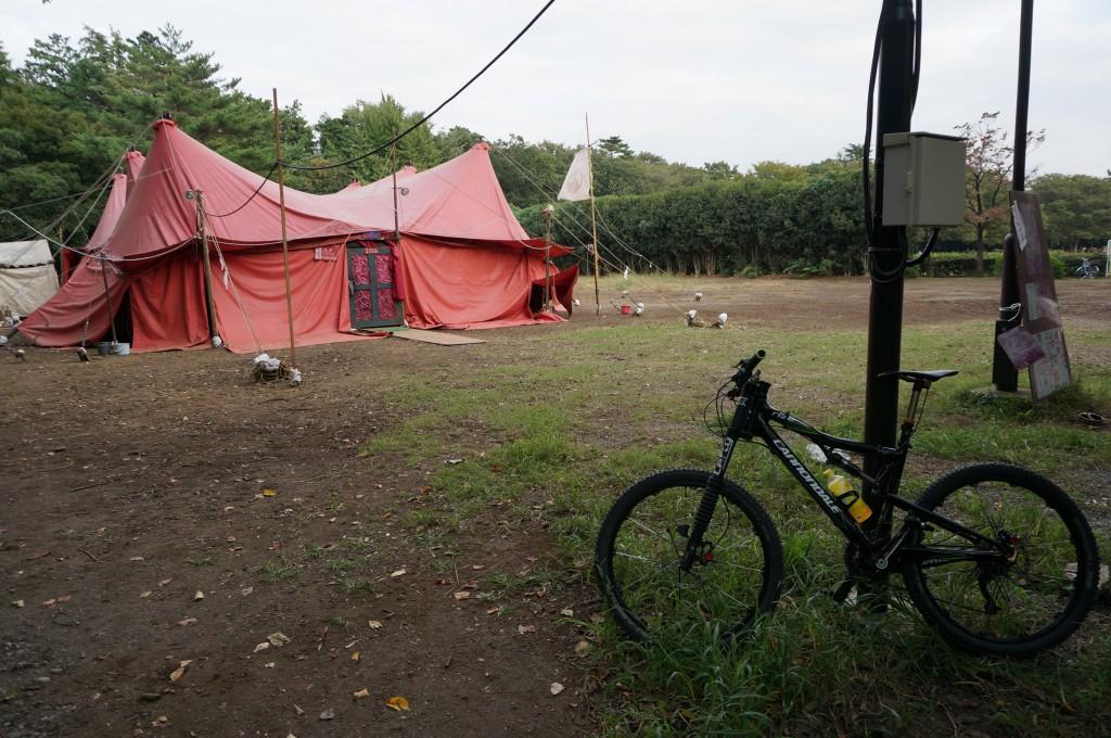 終点の公園には唐組のテントが