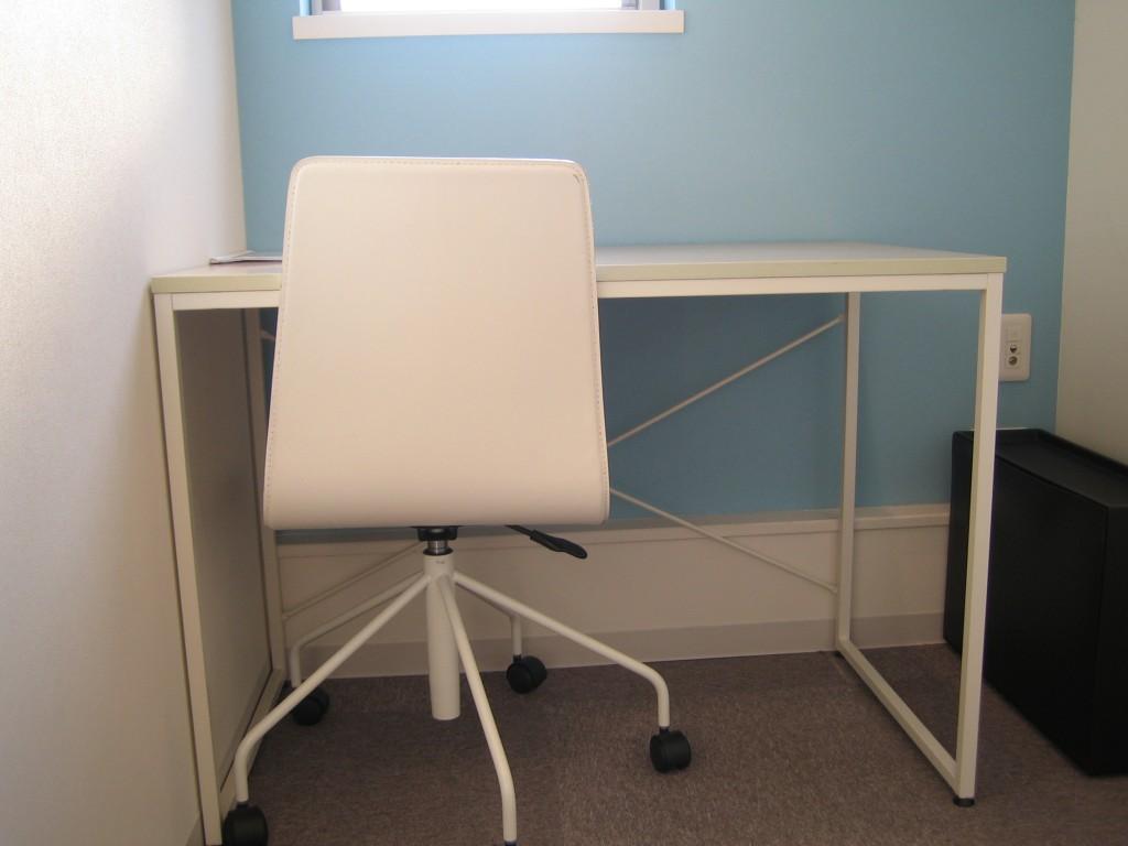 この机の上でMacやPCを操作することももうないですね