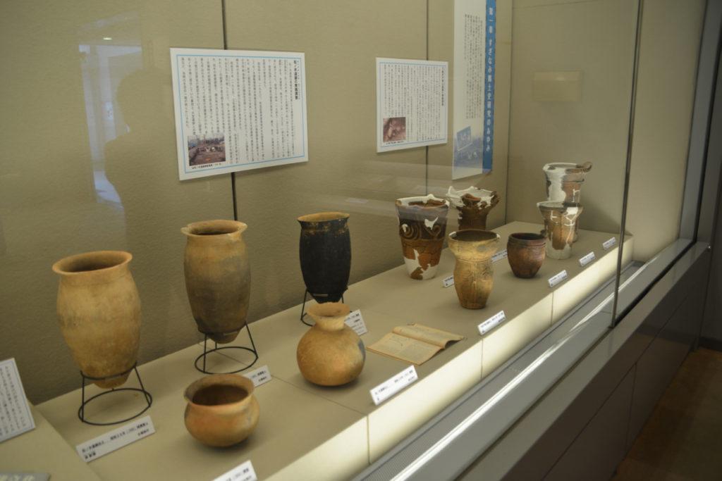 左半分は弥生式、右半分は縄文式の土器
