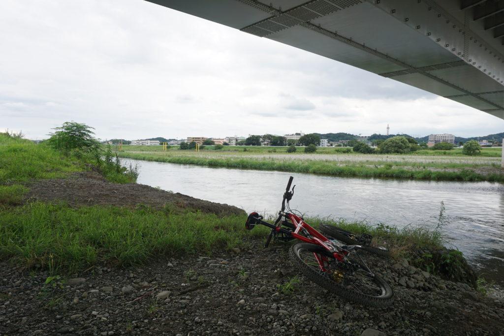 多摩川河川敷で休憩