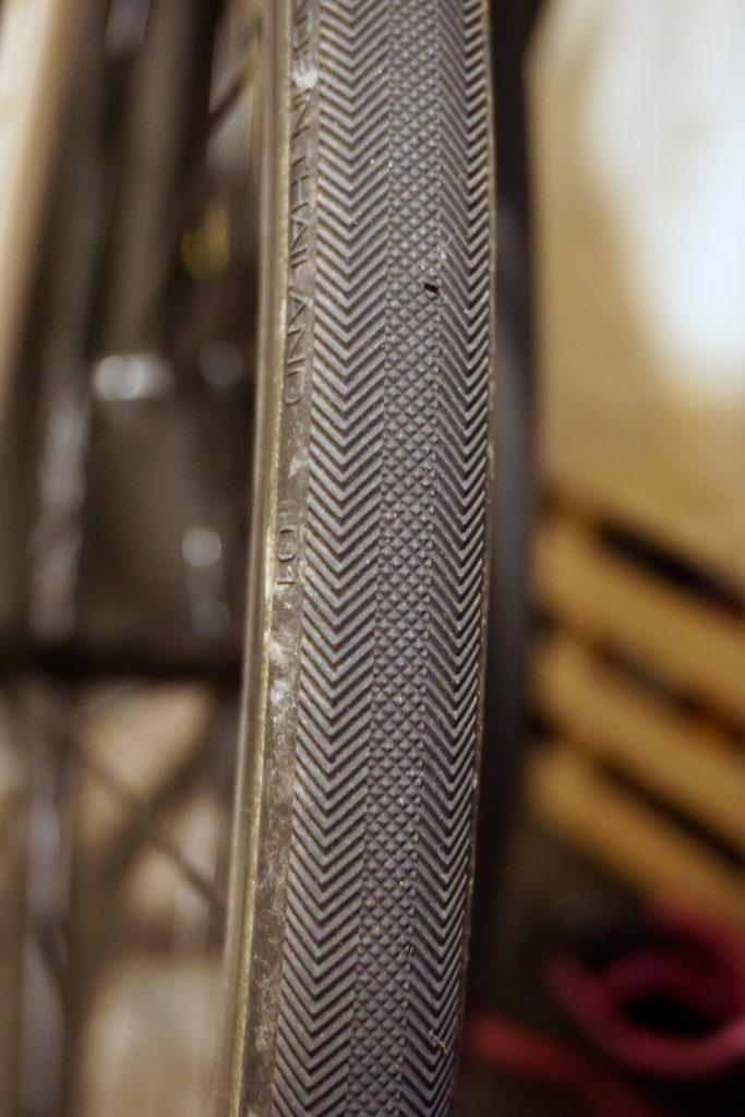 小さくパターンが刻まれている現在の25Cタイヤ