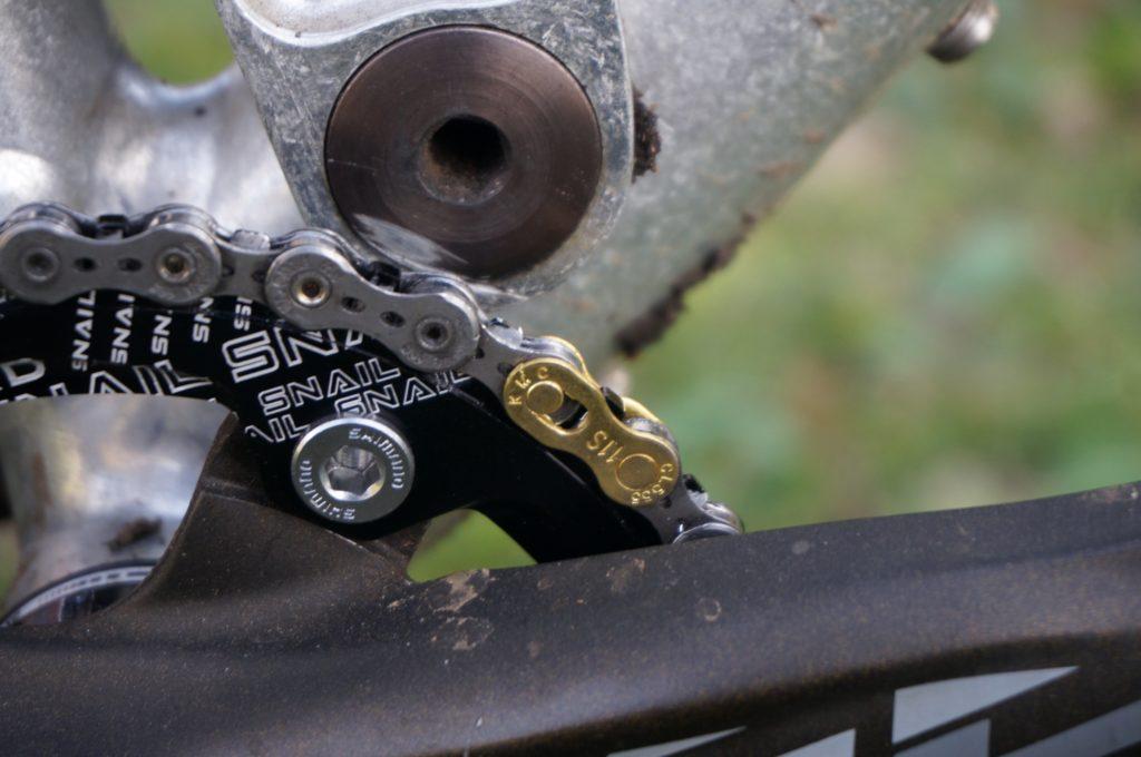 ちぎれたコマを取り除き、先日入手した新品の11速用ミッシングリンクを装着