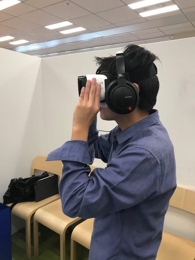 VR体験中の次男