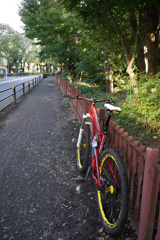 未舗装の部分はまだ古い鉄柵