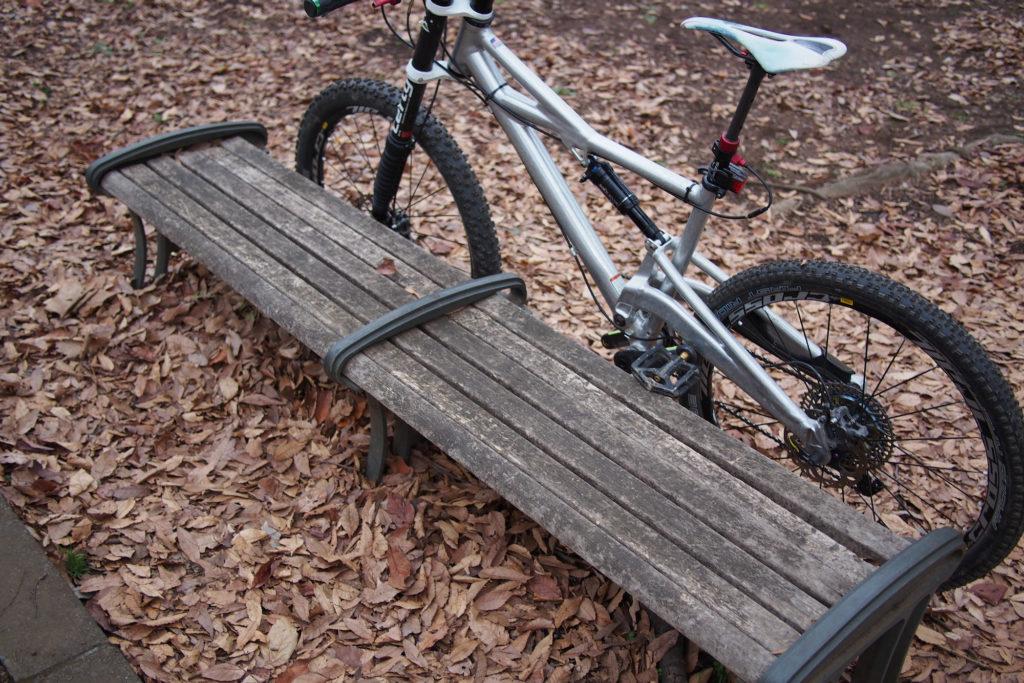 使い古された感のあるベンチ