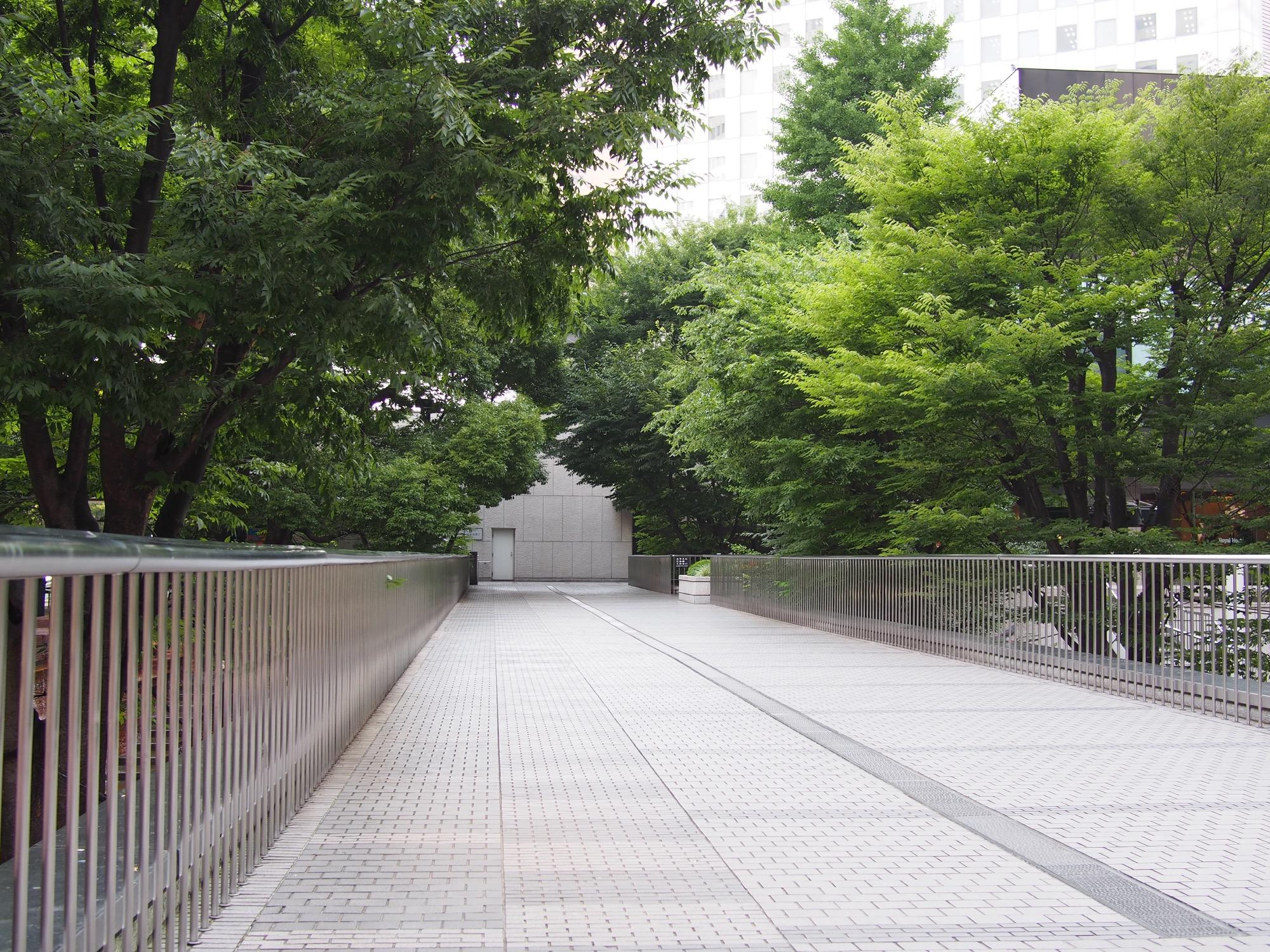 新宿西口駐輪場近くの陸橋