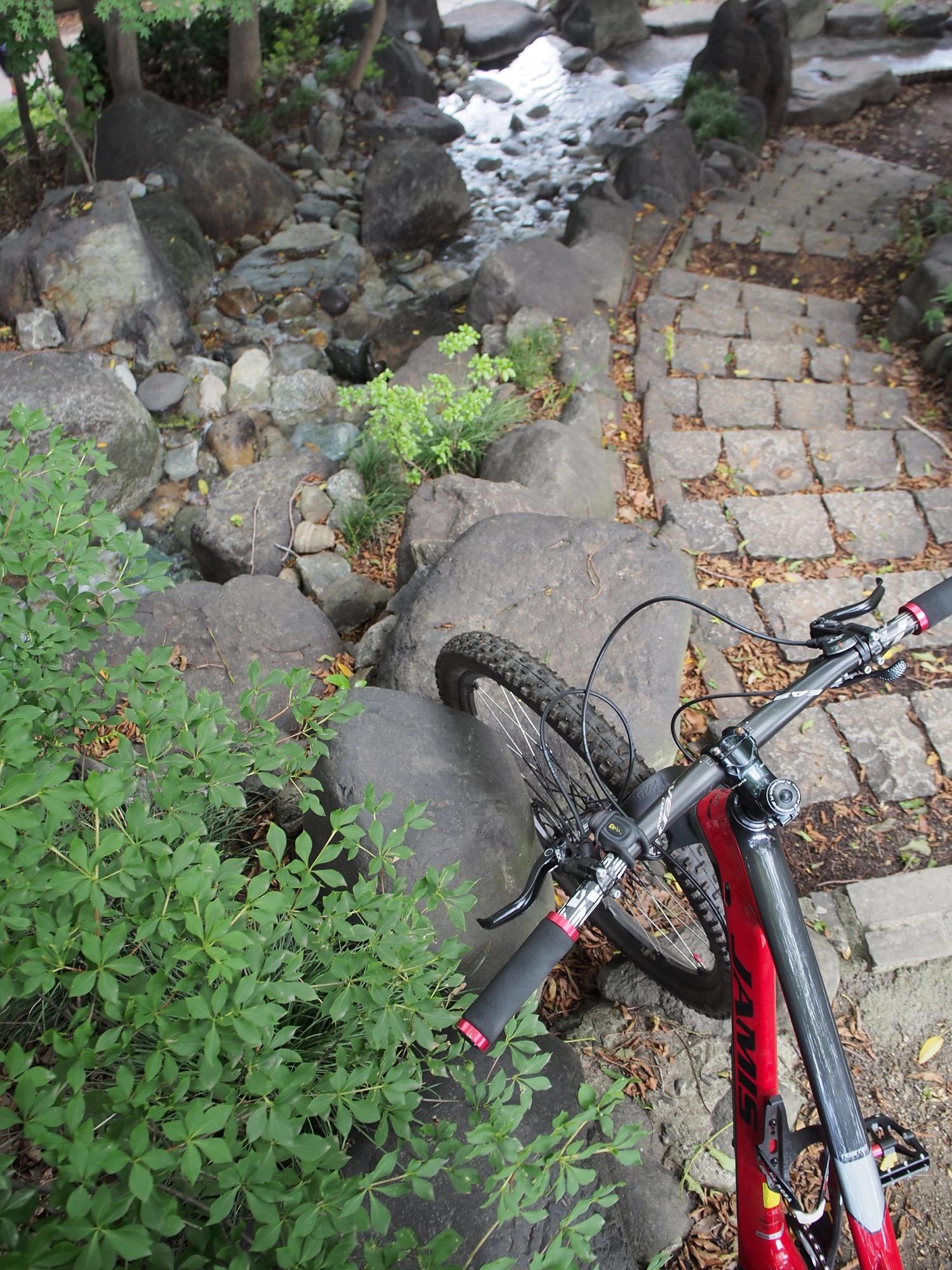 階段と人工滝