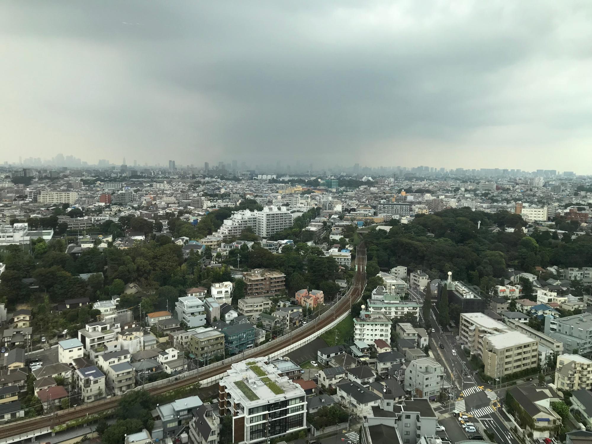 22階から新宿方面を展望。雨が降っているのかも。