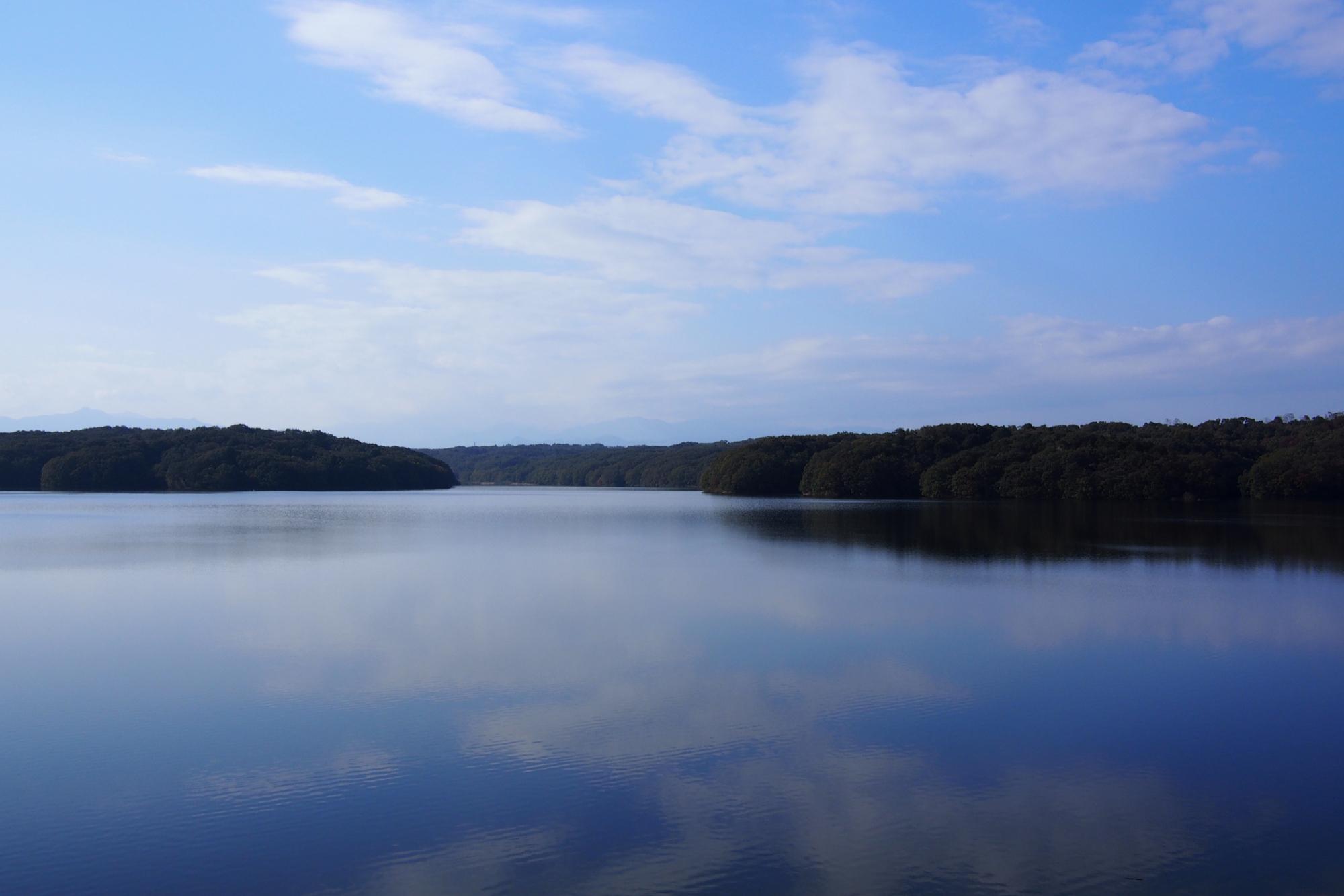 こちらは狭山湖。オリンパスブルー(?)