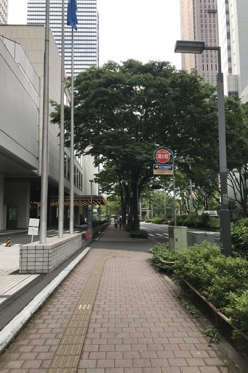 京王プラザホテル前