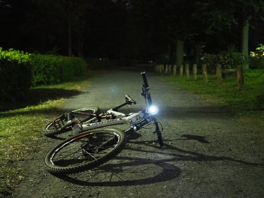 いつもは明るい公園が真っ暗
