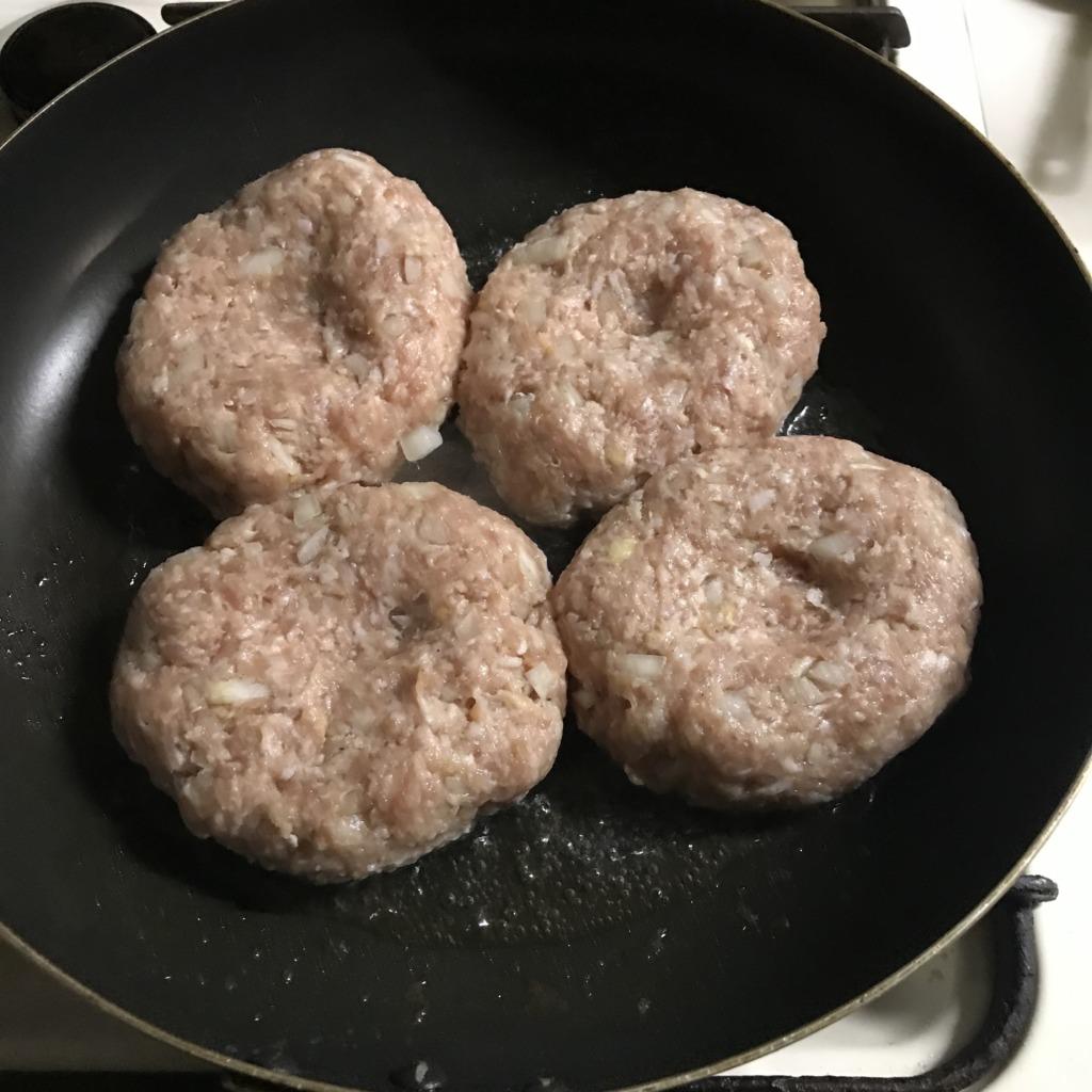 調理過程のハンバーグ