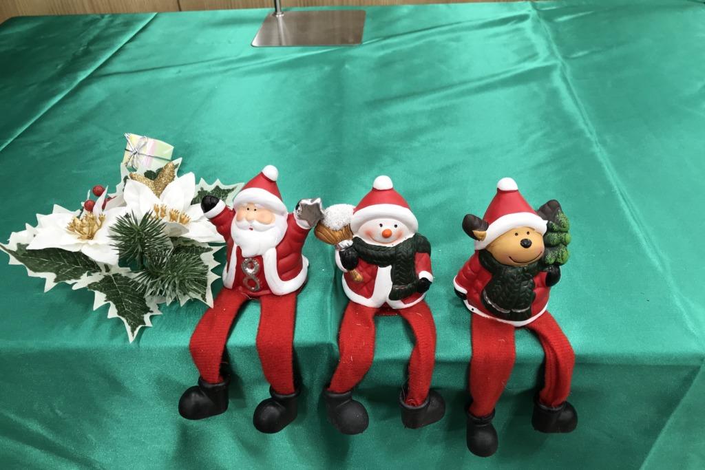 サンタさんたちの足が長い